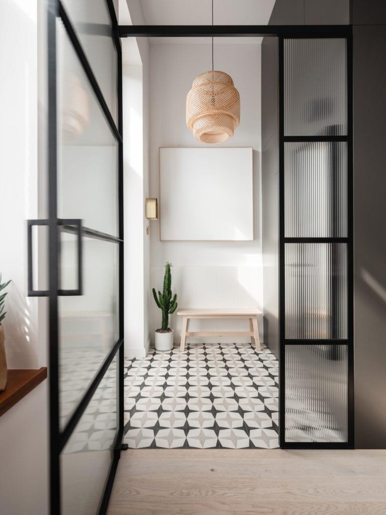 Mieszkanie architektki Karoliny Gacy z pracowni GRUPA NONO - przeszklone drzwi dzielące mieszkanie