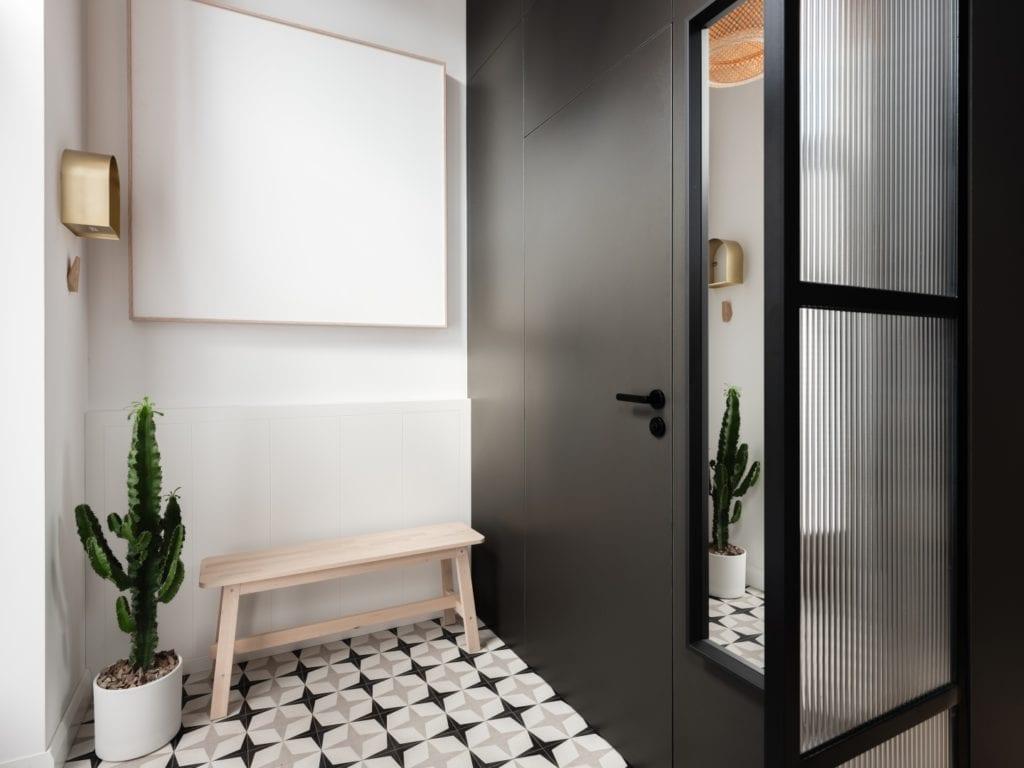 Mieszkanie architektki Karoliny Gacy z pracowni GRUPA NONO - czarno-białe płytki na podłodze