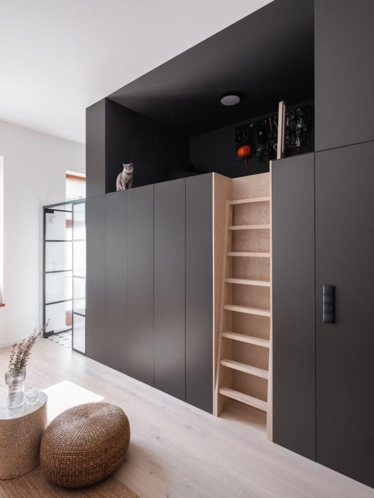 Mieszkanie architektki Karoliny Gacy z pracowni GRUPA NONO - czarna antresola w mieszkaniu