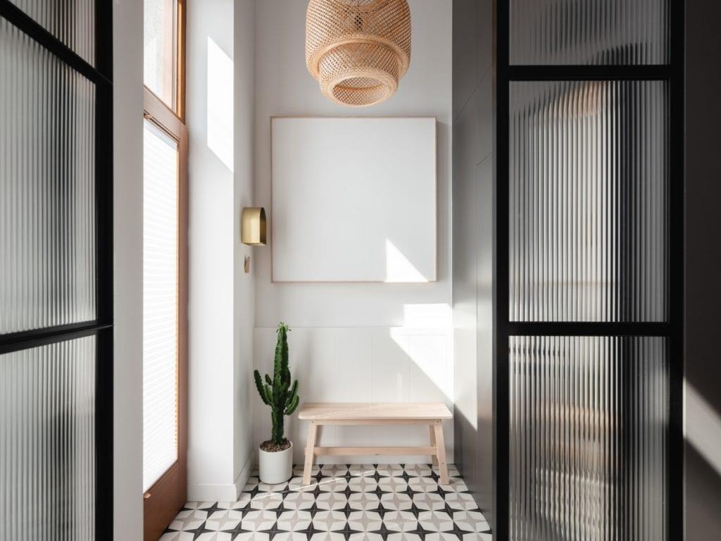 Mieszkanie architektki Karoliny Gacy z pracowni GRUPA NONO - szklane drzwi dzielące dwa pomieszczenia