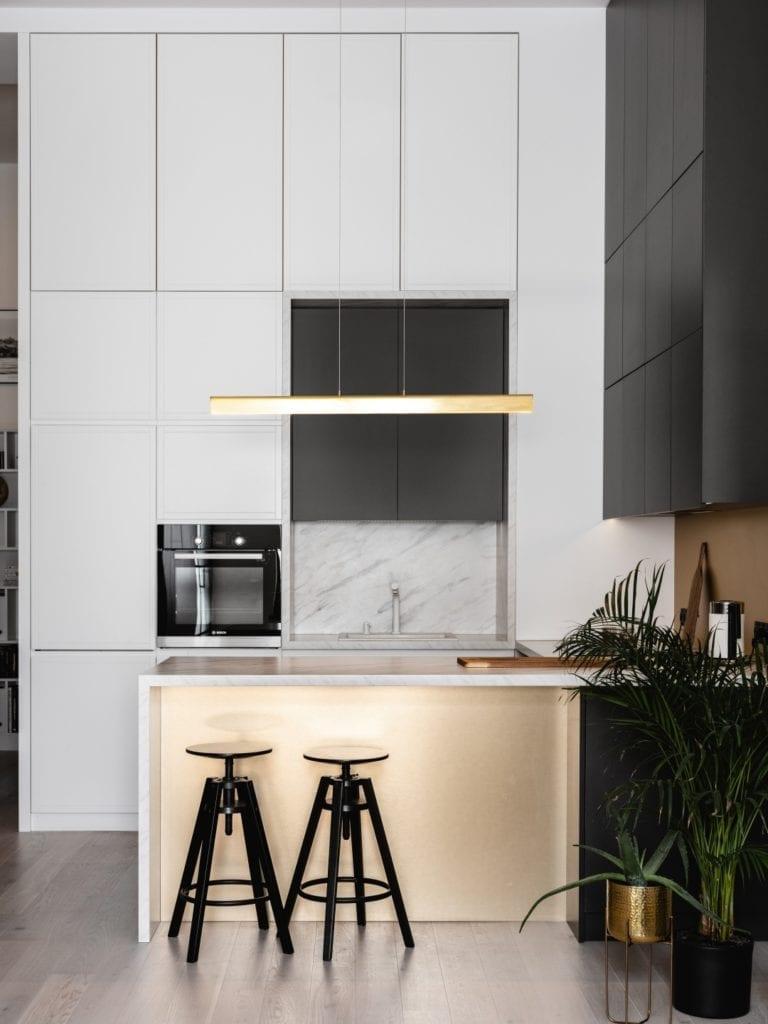 Mieszkanie architektki Karoliny Gacy z pracowni GRUPA NONO - białe meble w zabudowie w kuchni