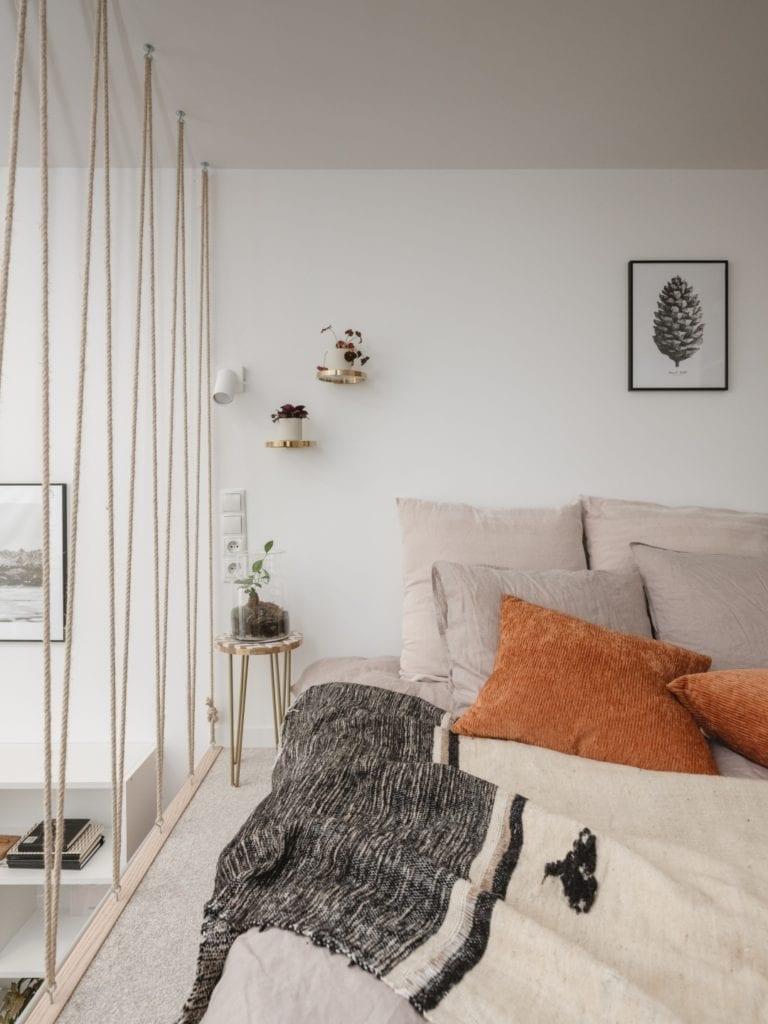 Mieszkanie architektki Karoliny Gacy z pracowni GRUPA NONO - jasne dekoracje w sypialni