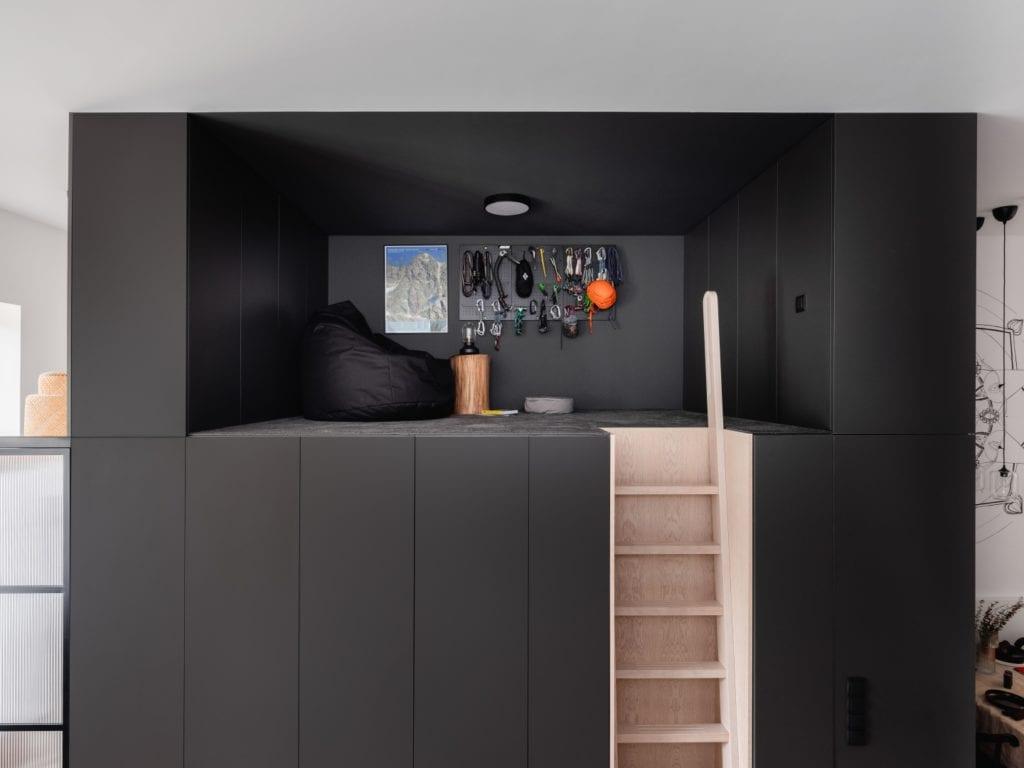 Mieszkanie architektki Karoliny Gacy z pracowni GRUPA NONO - czarna antresola ze schodami