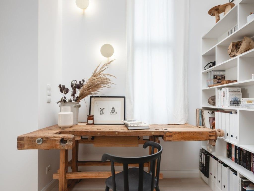 Mieszkanie architektki Karoliny Gacy z pracowni GRUPA NONO - drewniany stół miejscem do pracy