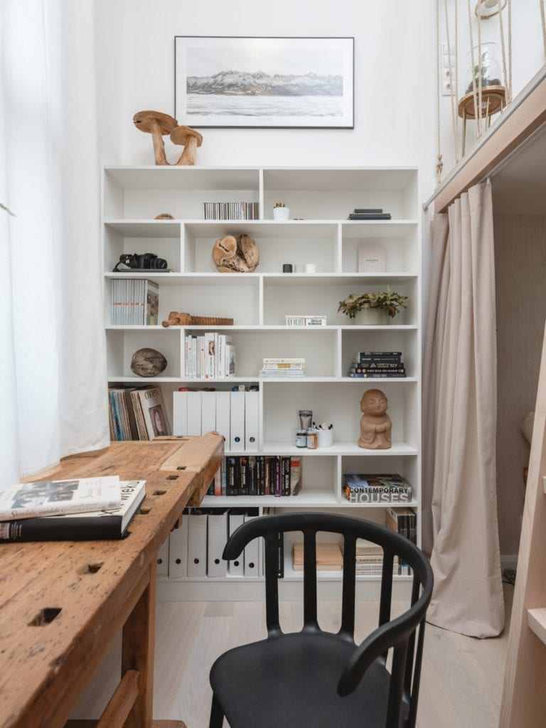 Mieszkanie architektki Karoliny Gacy z pracowni GRUPA NONO - regał w pracowni