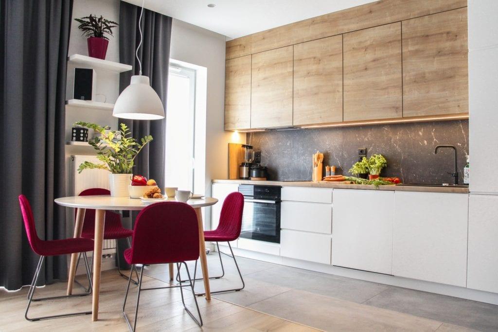 Kuchnia połączona z salonem w poznańskim mieszkaniu projektu 3XB Architekci