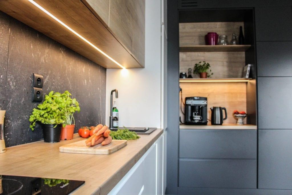 Szare meble w kuchni w poznańskim mieszkaniu projektu 3XB Architekci