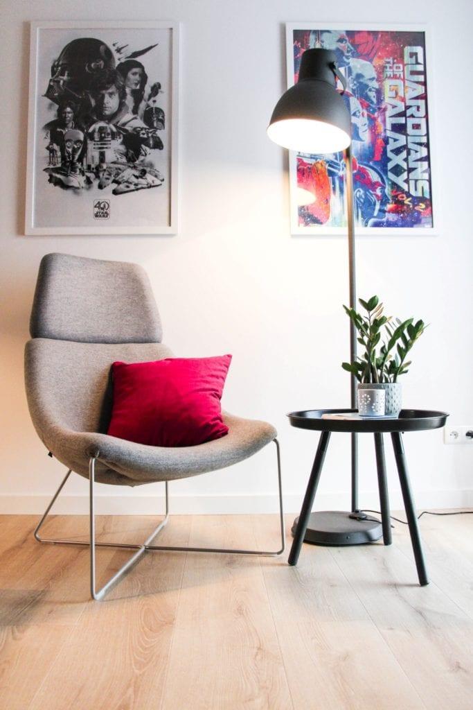 Fotel stojący przy stoliku w poznańskim mieszkaniu projektu 3XB Architekci