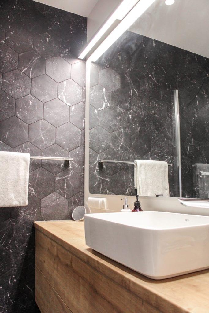 Szare płytki w łazience w poznańskim mieszkaniu projektu 3XB Architekci