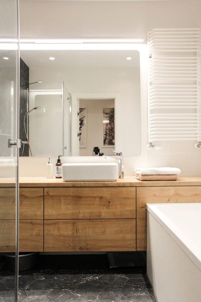 Jasna łazienka w poznańskim mieszkaniu projektu 3XB Architekci