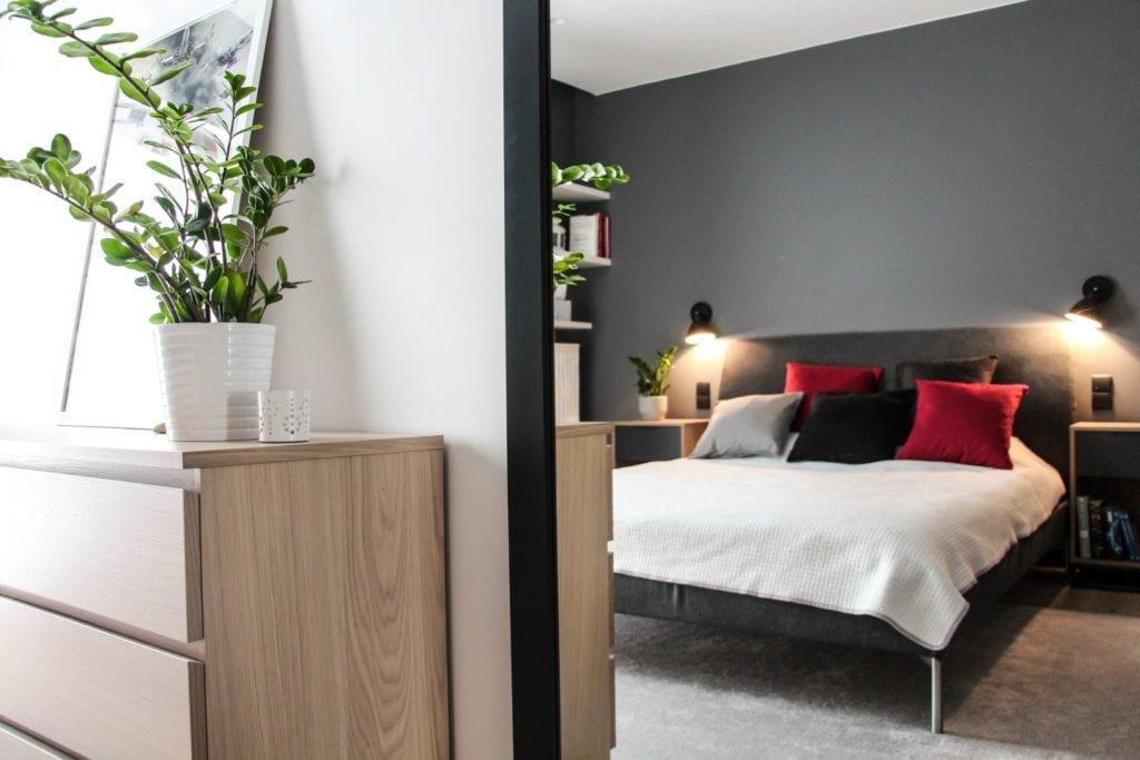 Sypialnia w szarym kolorze w poznańskim mieszkaniu projektu 3XB Architekci