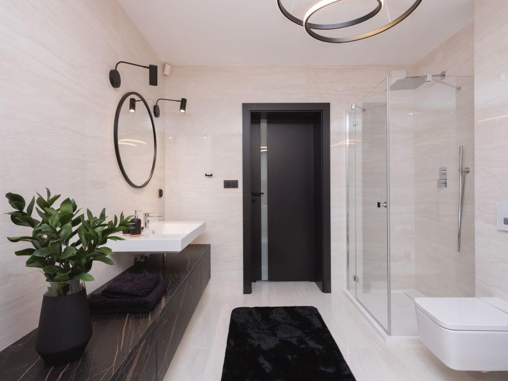 Kaza Interior Design i mieszkanie w Suchedniowie - czarne drzwi łazienkowe i czarny blat