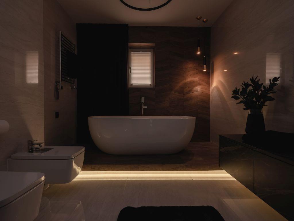 Kaza Interior Design i mieszkanie w Suchedniowie - łazienka w ciemnych kolorach i wanna wolnostojąca