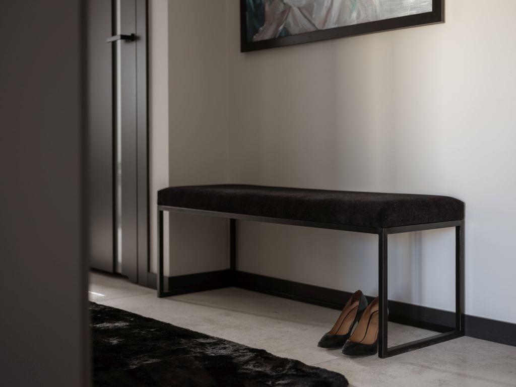 Kaza Interior Design i mieszkanie w Suchedniowie - ławka w holu