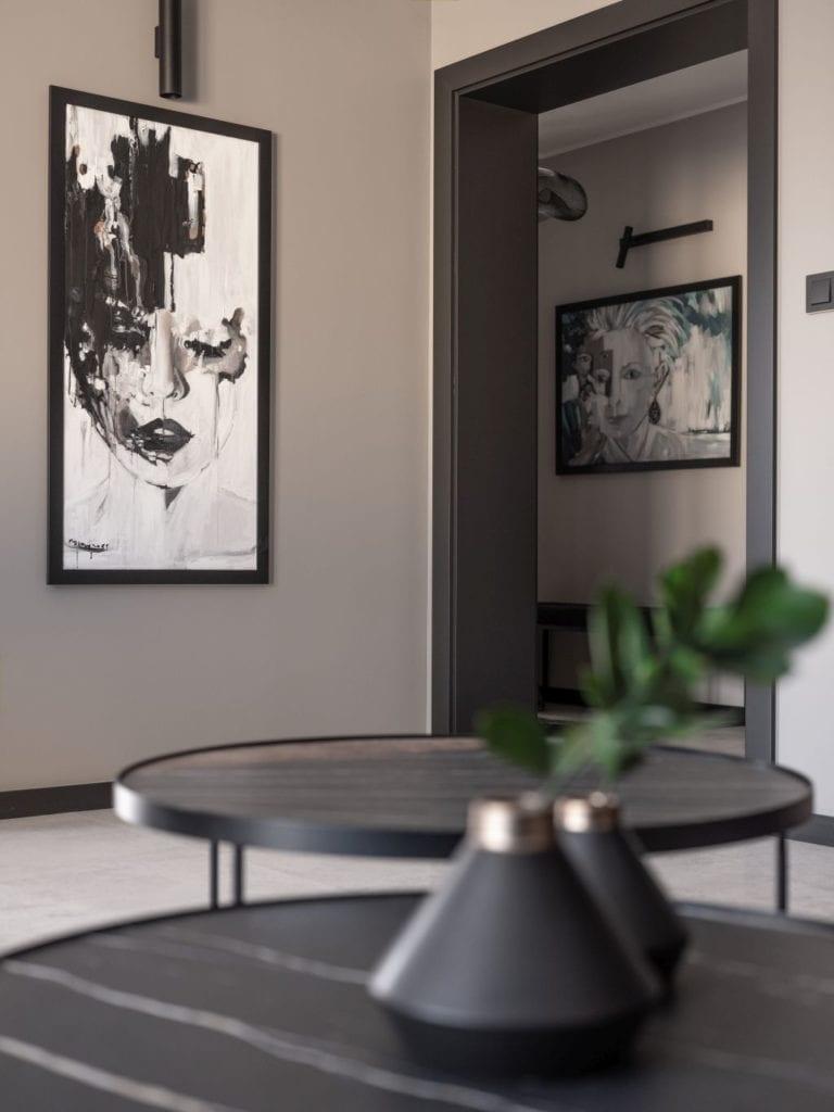 Okrągły stolik stojący w mieszkaniu w Suchedniowie projektu Kaza Interior Design