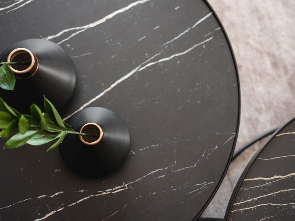 Kaza Interior Design i mieszkanie w Suchedniowie - blat okrągłego stołu w mieszkaniu