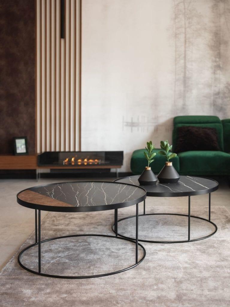 Kaza Interior Design i mieszkanie w Suchedniowie - dwa okrągłe stoliki stojące przy narożniku w kolorze butelkowej zieleni