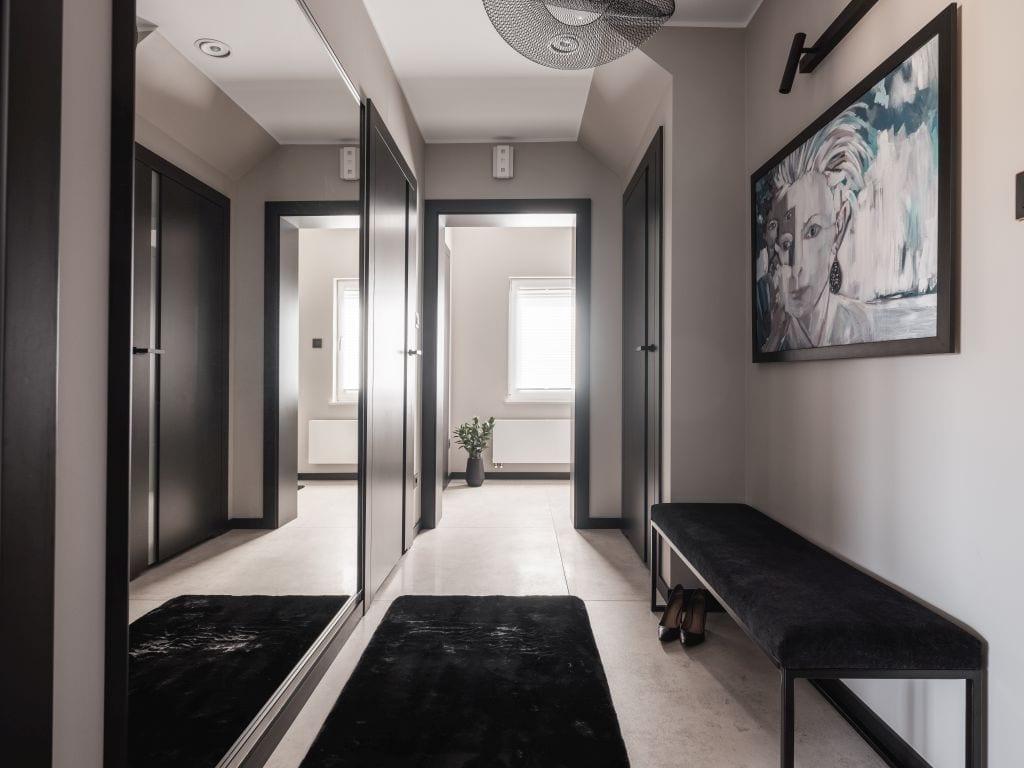 Jasny hol mieszkania zaprojektowany przez pracownię Kaza Interior Design