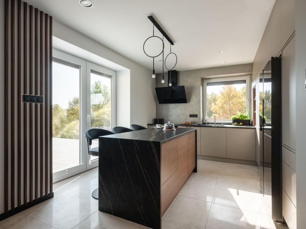 Kaza Interior Design i mieszkanie w Suchedniowie - wyspa kuchenna z czarnym blatem