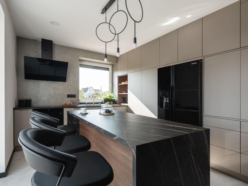 Kaza Interior Design i mieszkanie w Suchedniowie - kuchnia z wyspą połączona z salonem