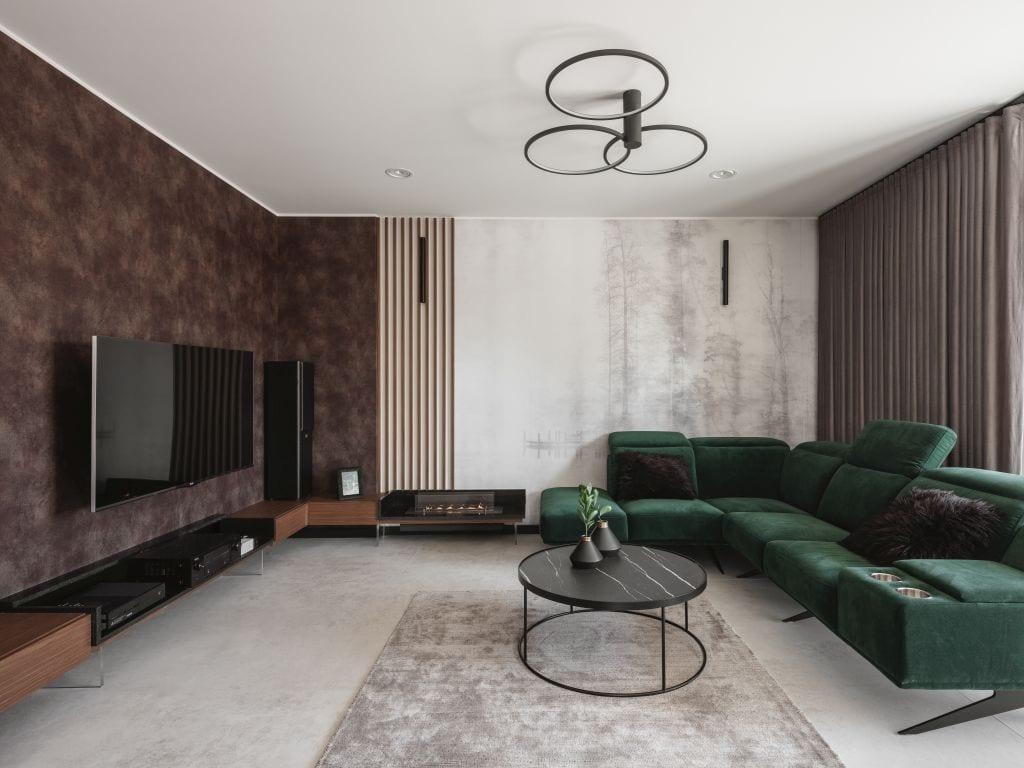 Zielona sofa w salonie w mieszkaniu projektu Kaza Interior Design
