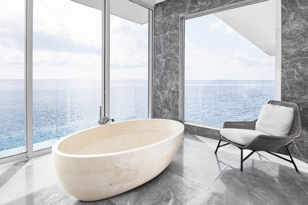 Łazienka z wanną wolnostojącą w willi Muraka z widokiem na ocean