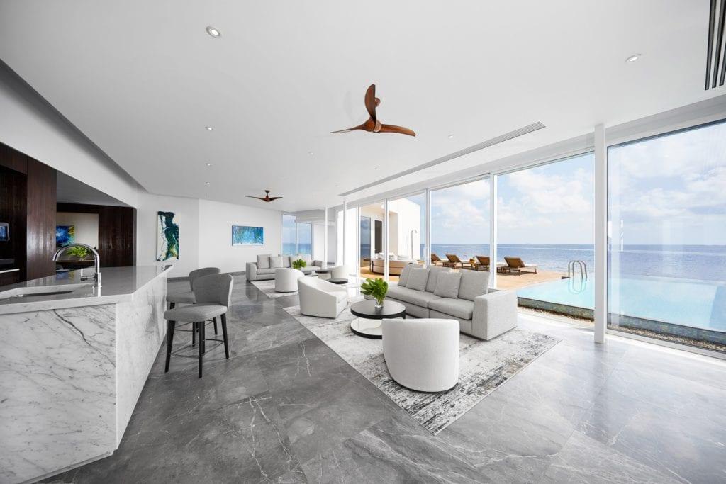 Przestronny, jasny salon z szarą podłogą w willi Muraka z widokiem na Ocean