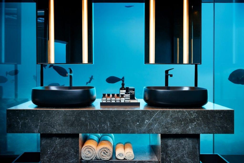 Podwodna łazienka w willi Muraka z widokiem na ocean