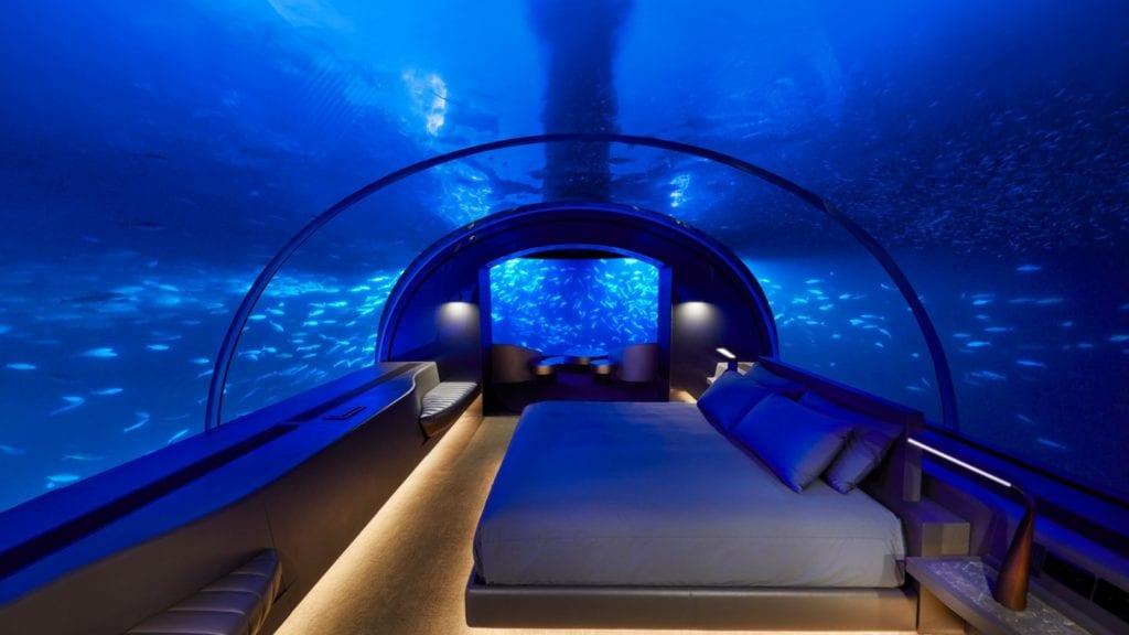 Podwodna sypialnia z wielkim łóżkiem w willi Muraka