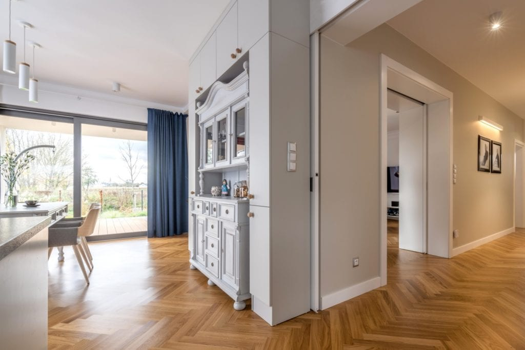 Szare ściany w salonie z pięknym drewnianym parkiecie