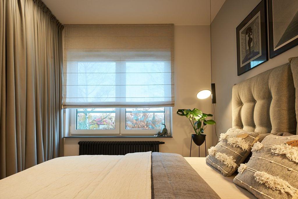 Duże łóżko w sypialni w łódzkim mieszkaniu