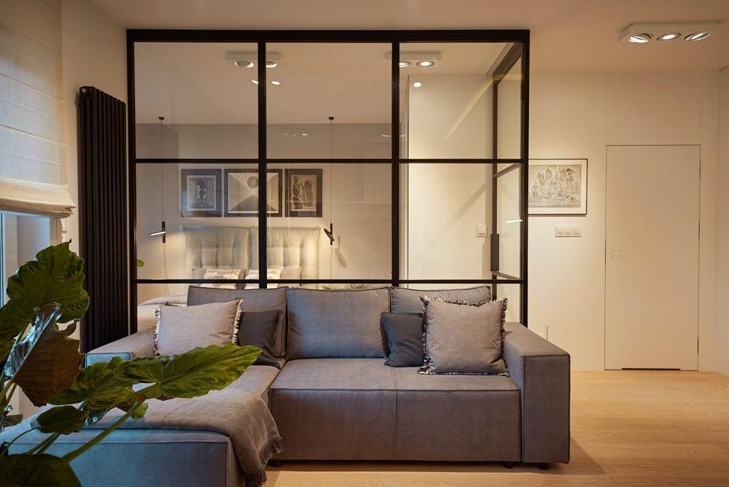 Szklana ściana oddzielająca dwa pomieszczenia w łódzkim mieszkaniu