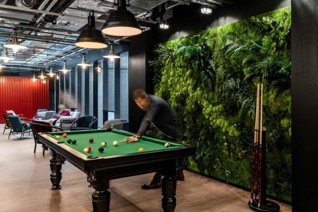 Stół bilardowy w przestrzeni coworku Solutions Rent
