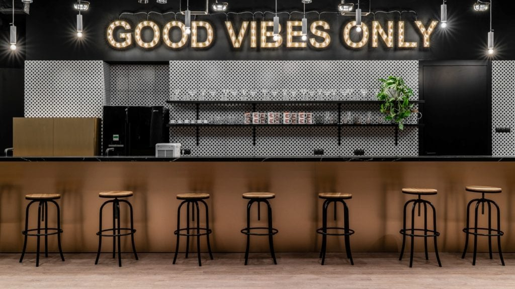 Neon Good Vives Only w coworku Seolutions Rent