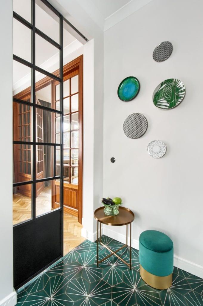 W+M Architektura i projekt biura na warszawskim Mokotowie - szklane dekoracje wiszące na stole