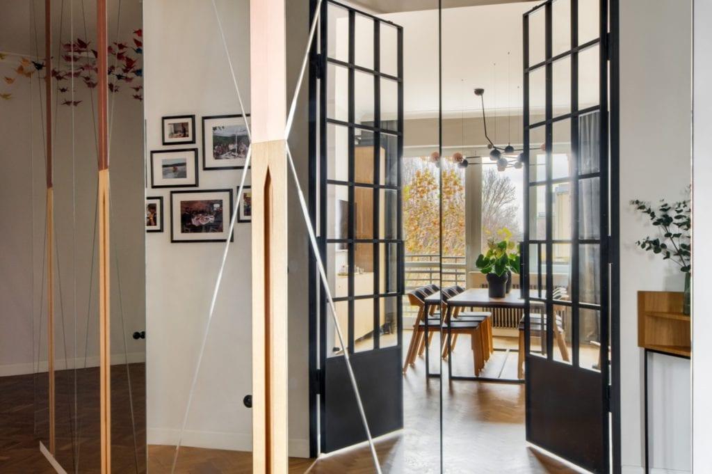 W+M Architektura i projekt biura na warszawskim Mokotowie - szklane drzwi dzielące dwa pomieszczenia