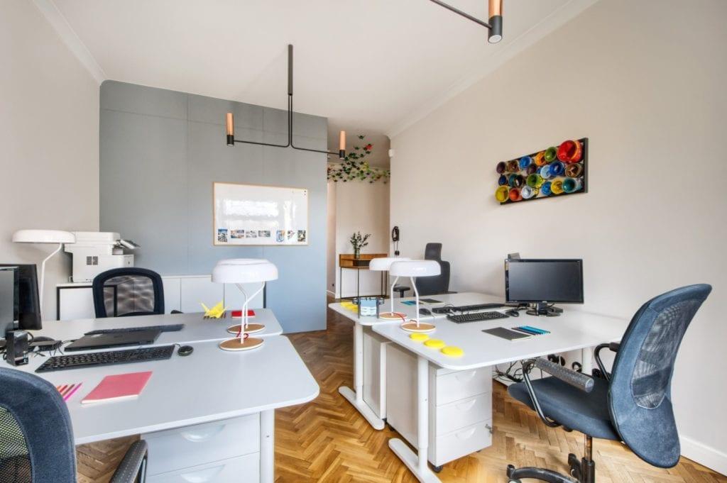 W+M Architektura i projekt biura na warszawskim Mokotowie - biurka stojące w przestrzeni biurowej