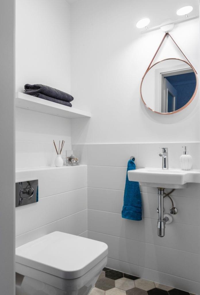 Decoroom i Stylowy mikroapartament w samym centrum Warszawy - biała minimalistyczna łazienka