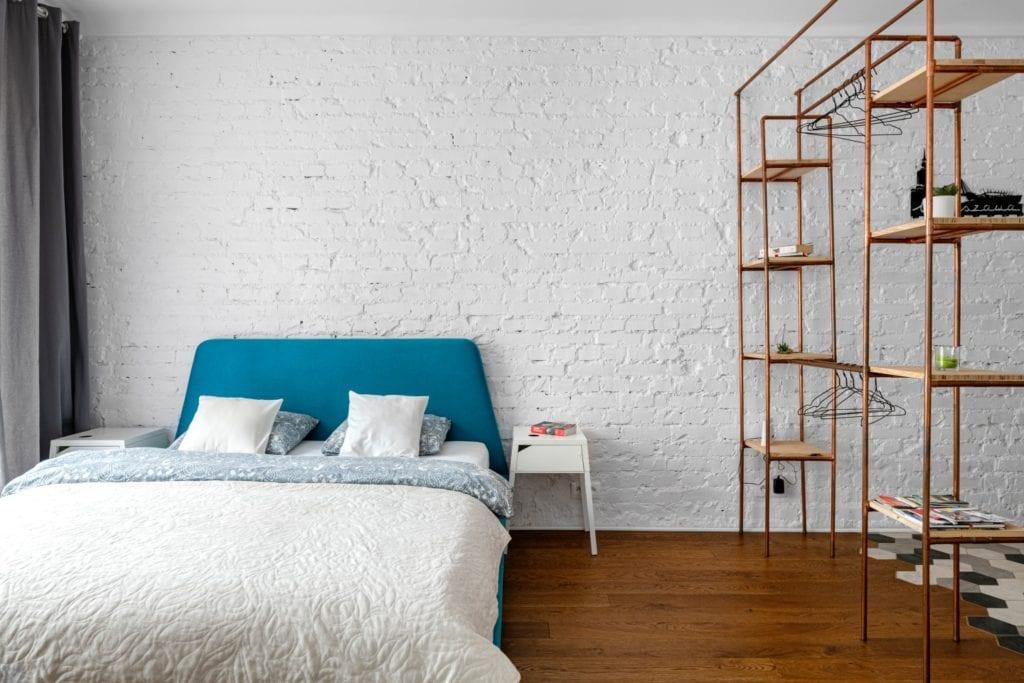 Decoroom i Stylowy mikroapartament w samym centrum Warszawy - minimalistyczna sypialnia z dużym łóżkiem