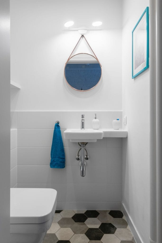 Decoroom i Stylowy mikroapartament w samym centrum Warszawy - minimalistyczna łazienka z okrągłym lustrem