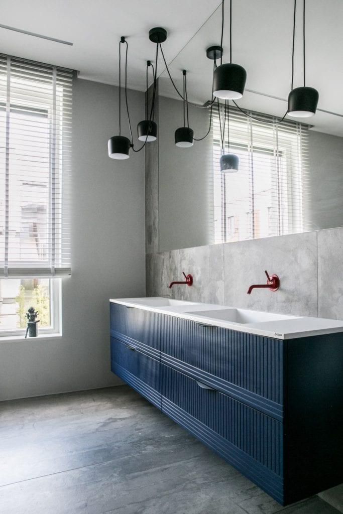 Joanna Zabłocka studio projekowania wnętrz - projekt poznańskiego apartamentu - Meble łazienkowe z niebieskimi frontami