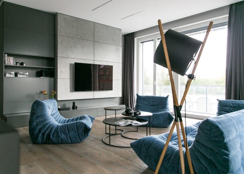 Joanna Zabłocka studio projekowania wnętrz - projekt poznańskiego apartamentu - drewniana lampa i niebieski komplet mebli w salonie