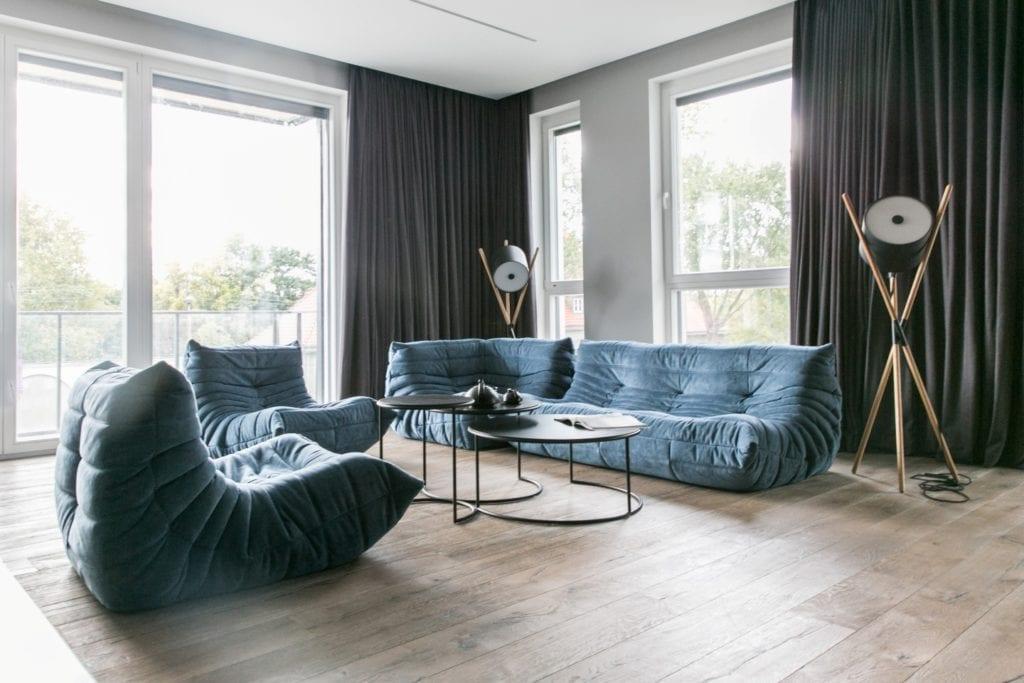Joanna Zabłocka studio projekowania wnętrz - projekt poznańskiego apartamentu - niebieska sofa w salonie