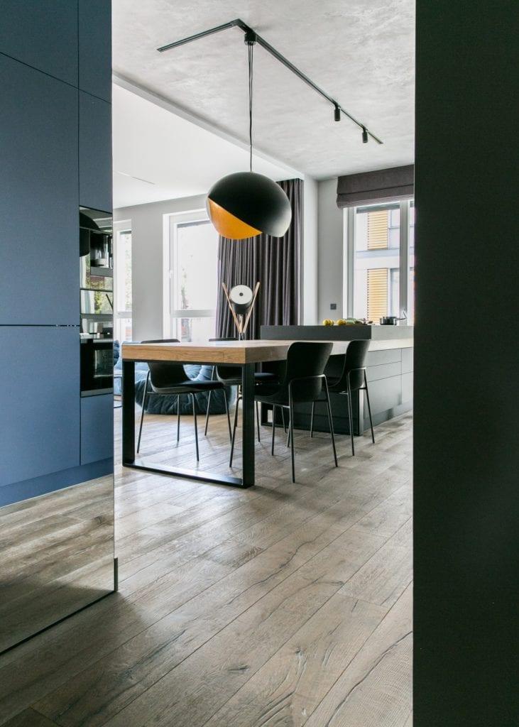 Joanna Zabłocka studio projekowania wnętrz - projekt poznańskiego apartamentu - drewniany stół w sypialni