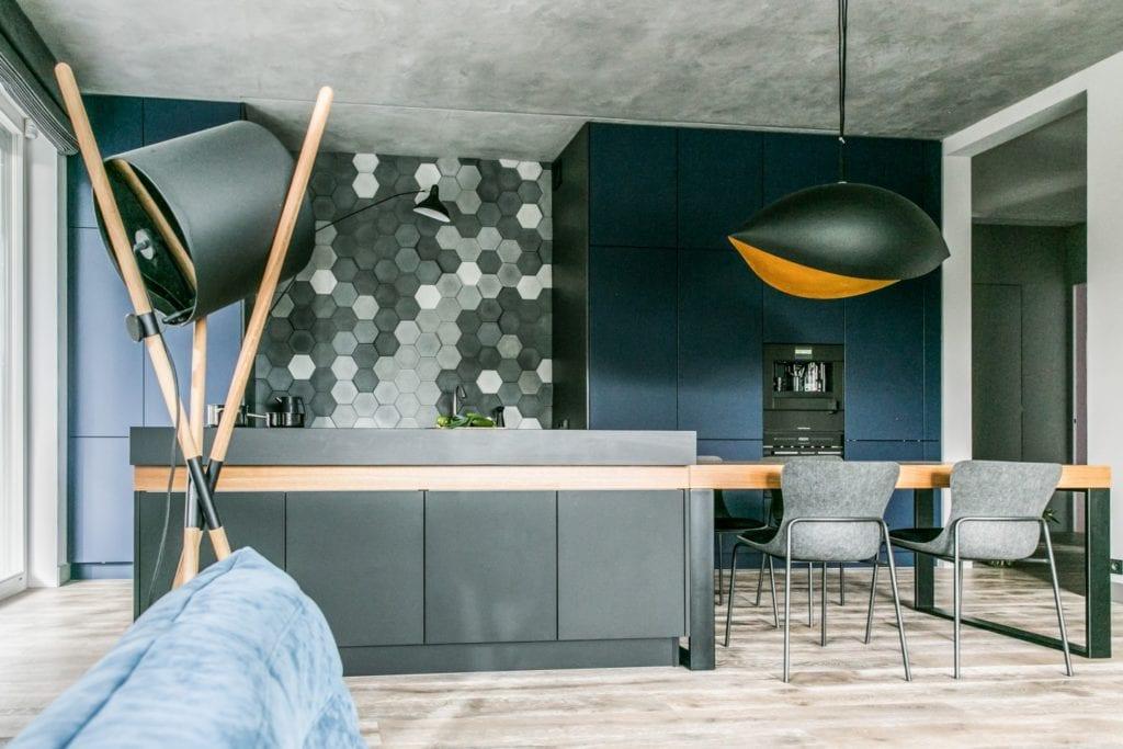 Joanna Zabłocka studio projekowania wnętrz - projekt poznańskiego apartamentu - wyspa w kuchni, heksagonalne płytki i niebieskie ściany w kuchni