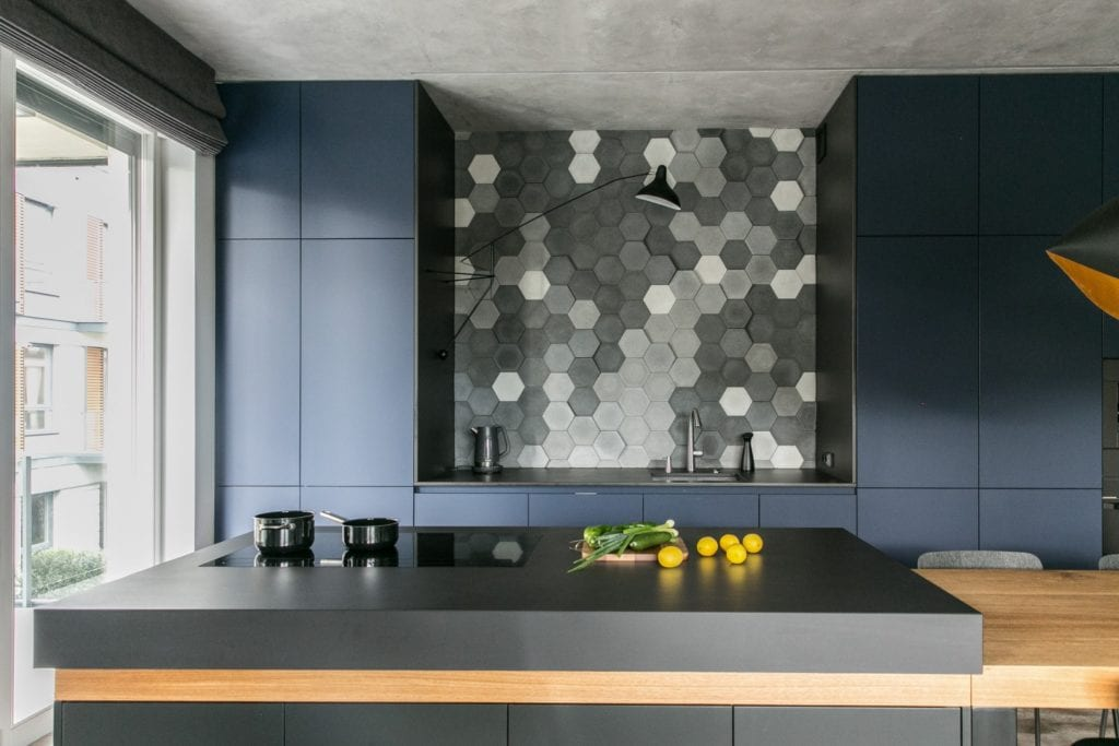 Joanna Zabłocka studio projekowania wnętrz - projekt poznańskiego apartamentu - niebieskie meble w kuchni