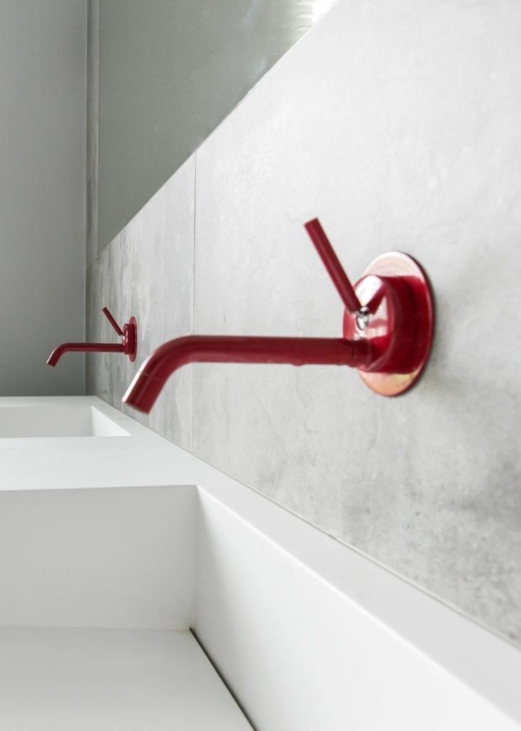 Joanna Zabłocka studio projekowania wnętrz - projekt poznańskiego apartamentu - czerwony kran na ścianie