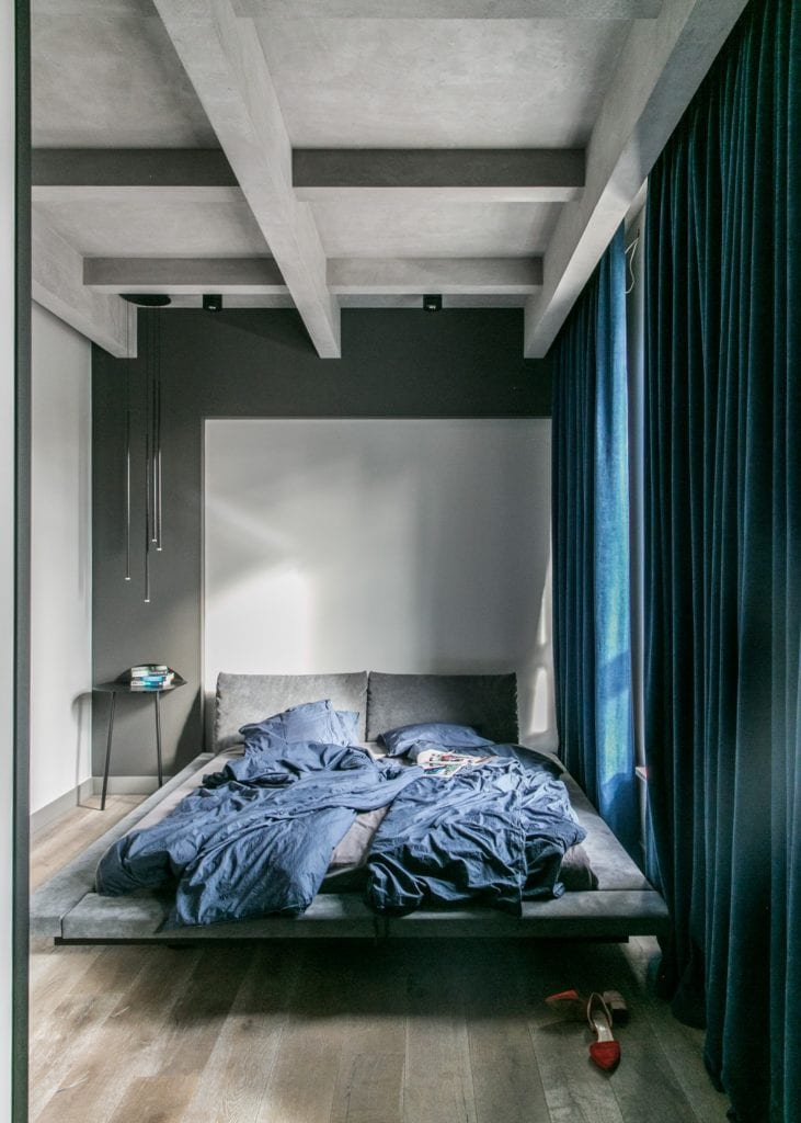 Joanna Zabłocka studio projekowania wnętrz - projekt poznańskiego apartamentu - szara sypialnia z dużym łóżkiem