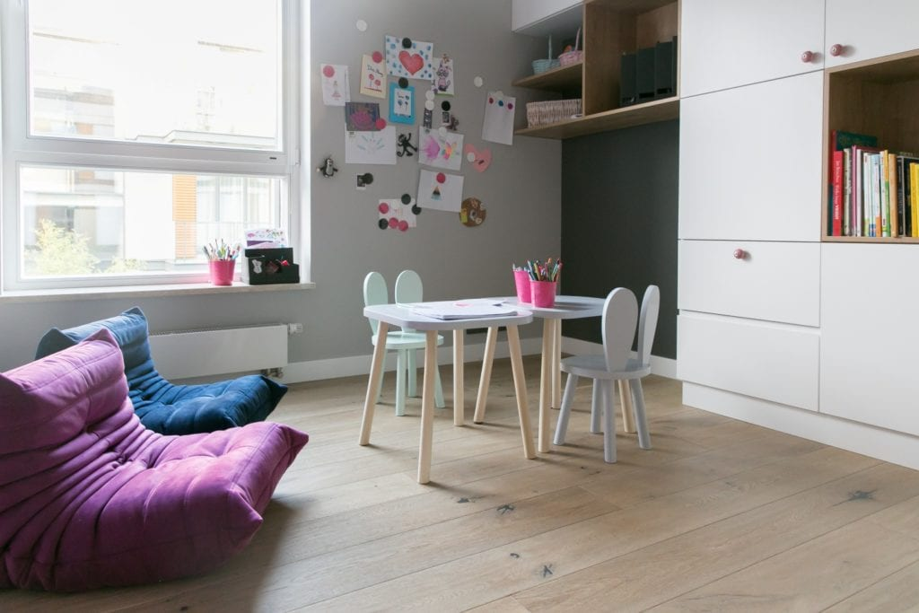 Joanna Zabłocka studio projekowania wnętrz - projekt poznańskiego apartamentu - pokój dziecięcy z szarą ścianą