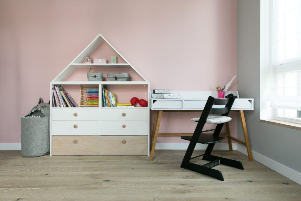Joanna Zabłocka studio projekowania wnętrz - projekt poznańskiego apartamentu - dziecięcy pokój z różową ścianą
